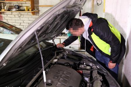 policjant przy skradzionym samochodzie