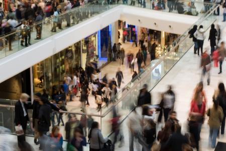Tłum w centrum handlowym