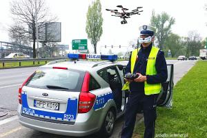policjant z dronem