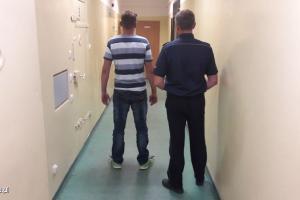 Zatrzymany mężczyzna wraz z policjantem