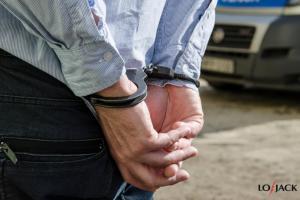 Zatrzymany przestępca w kajdankach