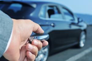 złodzieje kradną nowoczesne samochody metodą na walizkę