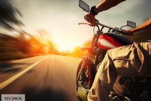 Motocyklista na drodze