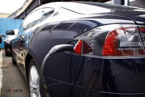 Tesla na parkingu